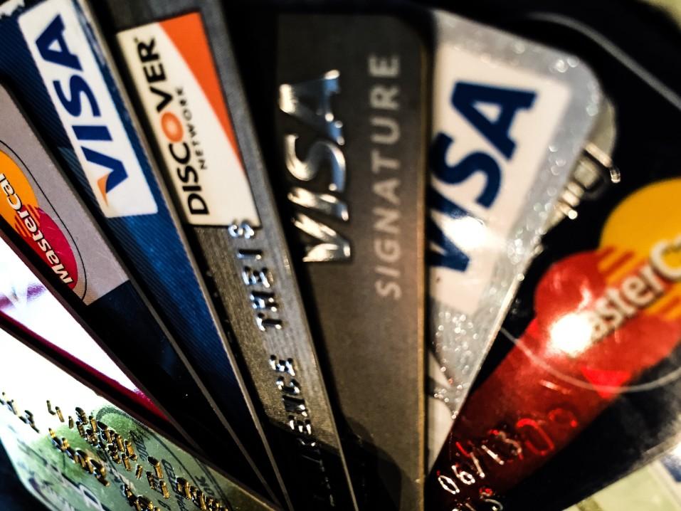 Πώς να επιλέξει μια πιστωτική κάρτα σε τέσσερα βήματα