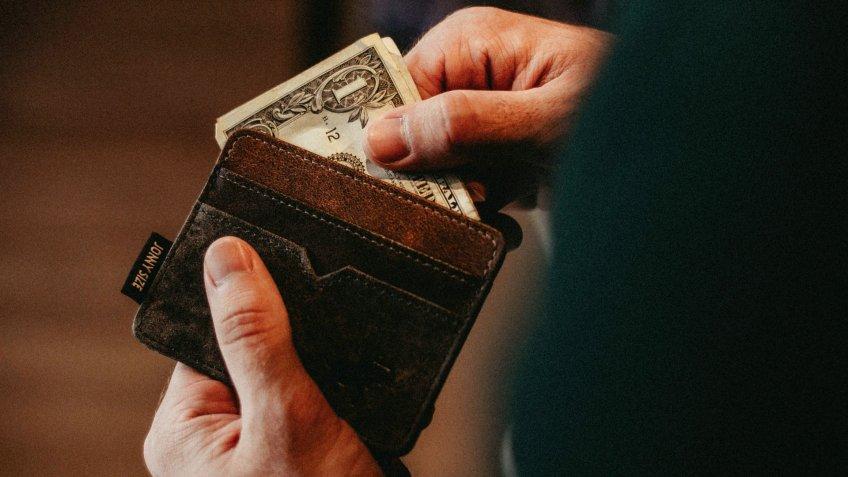 Hvordan at begynde at investere på et stramt budget