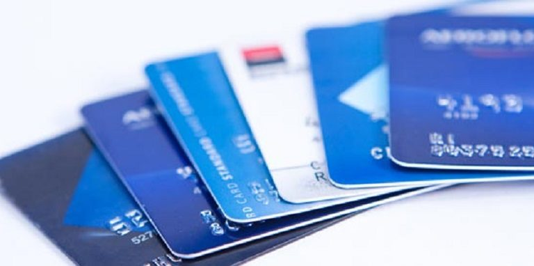 ووأذكى لاستخدام بطاقة الخصم أو بطاقة الائتمان؟